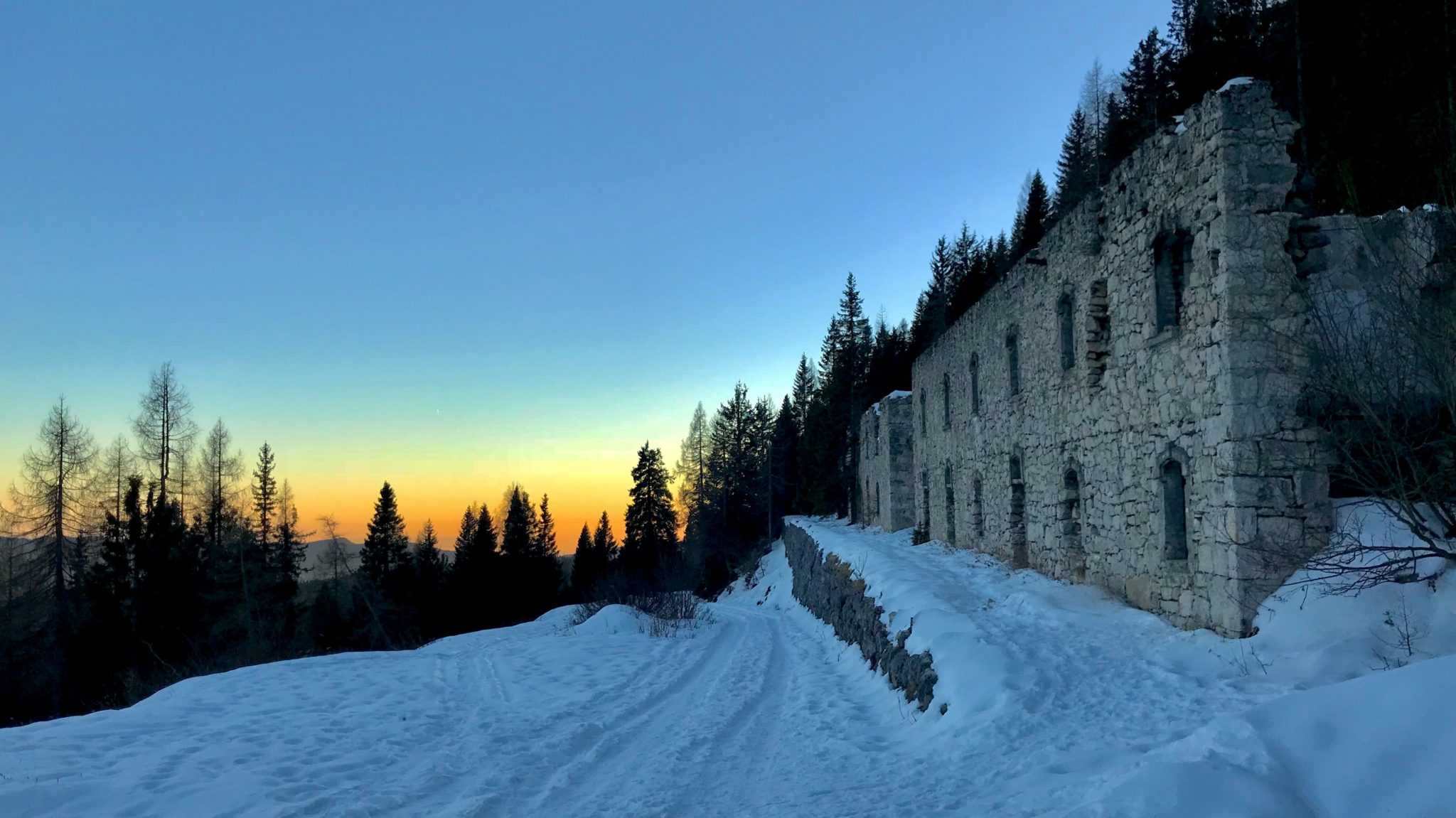 Casermette lungo la strada di accesso al Forte Verena