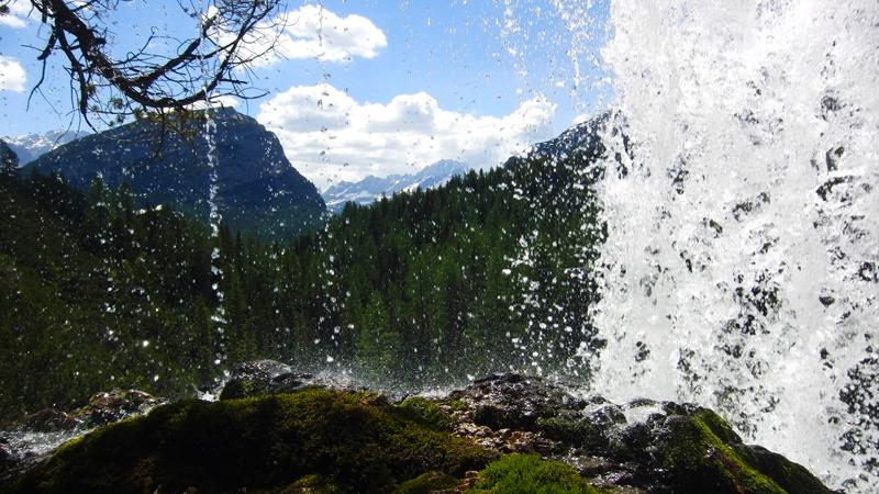passaggio sotto le cascate di Fanes