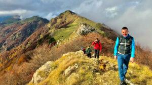 sentiero di cresta verso Cima Marana con alle spalle il Rifugio Gingerino