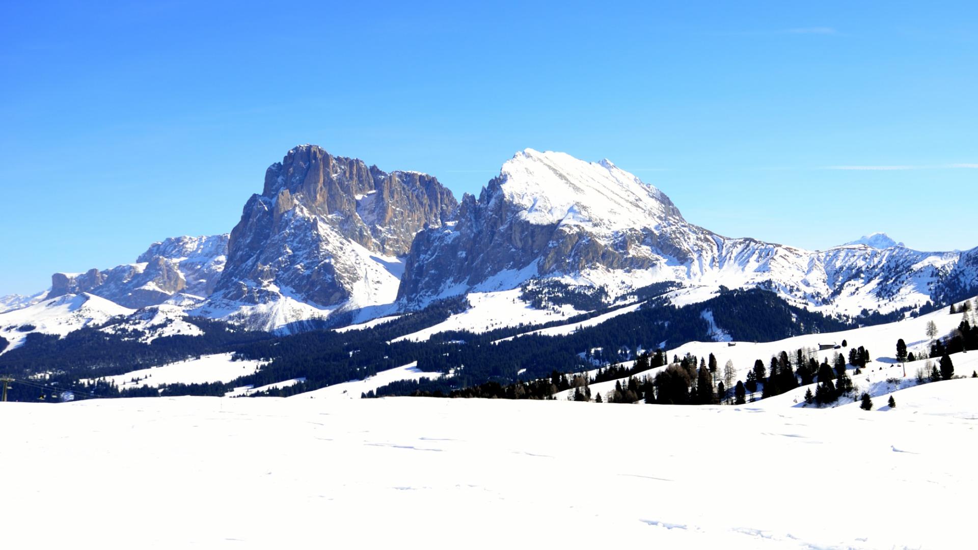Sassolungo e Sassopiatto innevati dall'Alpe di Siusi